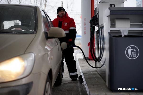 По словам старшего аналитика компании Forex Optimum Александра Розмана, рост топливных цен замедлит только снижение налоговой нагрузки