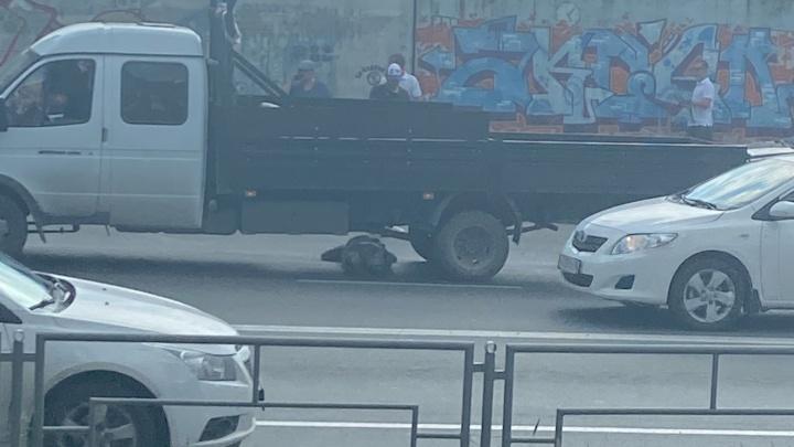 В Екатеринбурге грузовик задавил пенсионерку. Она умерла в больнице