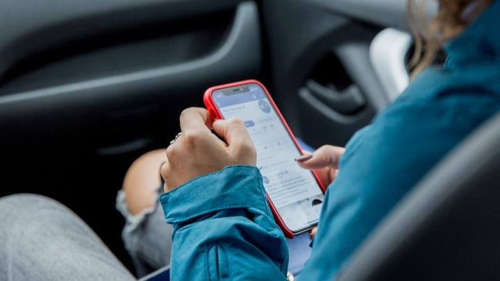 «Это неестественно»: нейрохирург рассказал, как мы ежедневно вредим шее, глядя в телефон