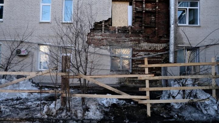 Регоператор капремонта летом предупреждал управляющую компанию о разрушении стены в доме на Худякова