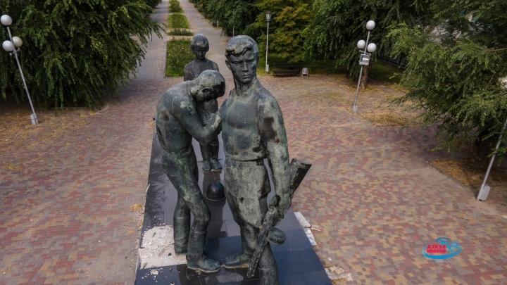 В Волгограде с весны разрушается памятник комсомольцам — показываем его чудовищные раны с высоты