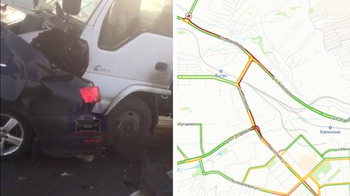 Авария с пятью машинами заблокировала выезд из Красноярска по Калинина