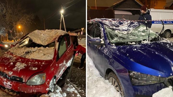 Снег с крыши кафе обрушился на два автомобиля и раздавил лобовые стекла и крыши