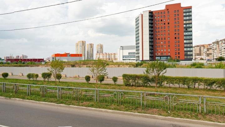 Элитный застройщик арендовал землю с котлованом возле отеля Hilton