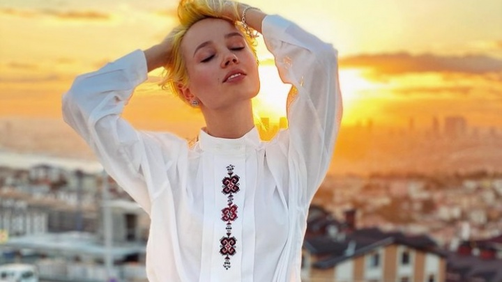 Клава Кока улетела в Турцию. Своего тайного спутника она спрятала от камеры под покрывалом