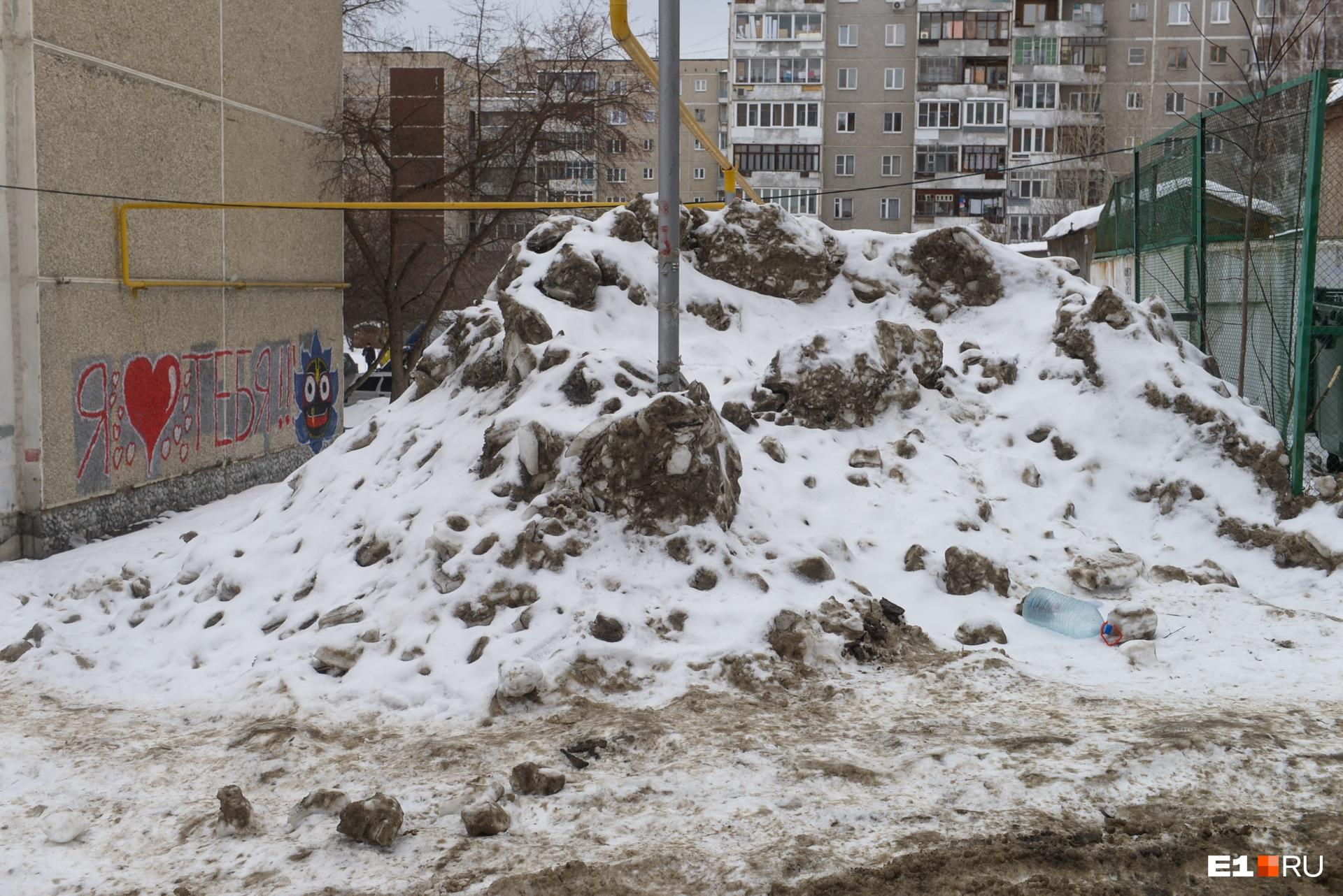 Кстати, вывоз снега из двора — это уже дополнительная опция, в обязанности УК это не входит