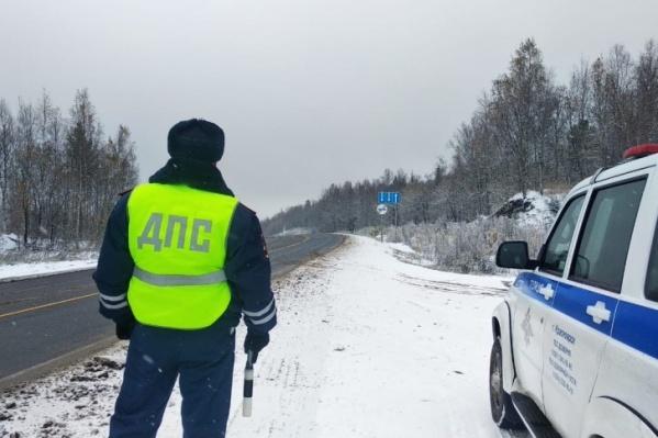 Водитель не справился с управлением на дороге у Норильска и врезался в опору путепровода