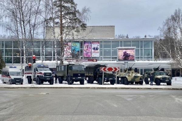 Перед зданием дома ученых выставлены четыре единицы военной техники и две спецмашины Росгвардии
