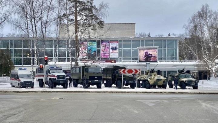 Напротив Дома ученых СО РАН выставлена военная техника, у НГУ дежурит полиция. С чем это связано?
