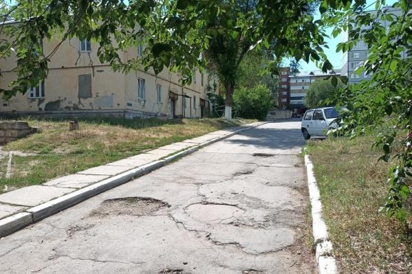 Дорогу во дворе Мурысева отремонтировали только после жалобы в прокуратуру