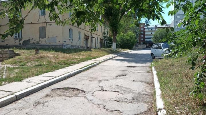 Житель Комсомольского района через прокуратуру добился ремонта дороги во дворе
