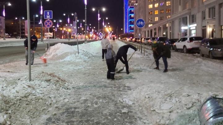 «Десант мам, детей и благородных мужчин»: екатеринбуржцы не дождались помощи от УК и сами начали чистить дворы