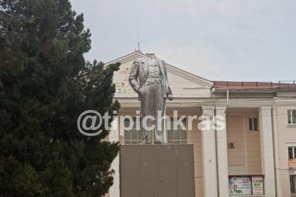 Под постаментом остались куски от «шеи» российского революционера