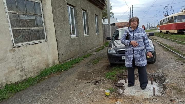 Докопались до столба: в Екатеринбурге хозяева частного дома разругались с трамвайным управлением