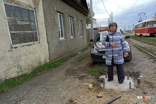 Хозяйка дома возмутилась, что столб решили вкопать прямо напротив окон ее дома