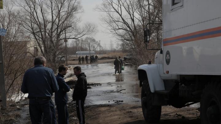 «Такого безобразия не было лет 10»: репортаж из деревень под Уфой, где дома оказались под водой