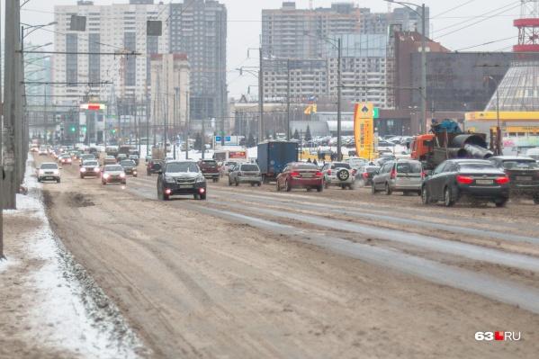 Водители считают, что из-за колейности поездки по Московскому шоссе опасны