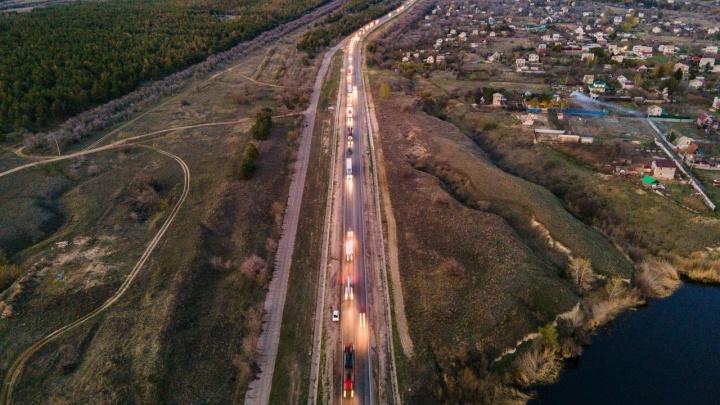 Пробка тянется до линии горизонта: многокилометровые заторы на въезде в Волгоград показали с высоты