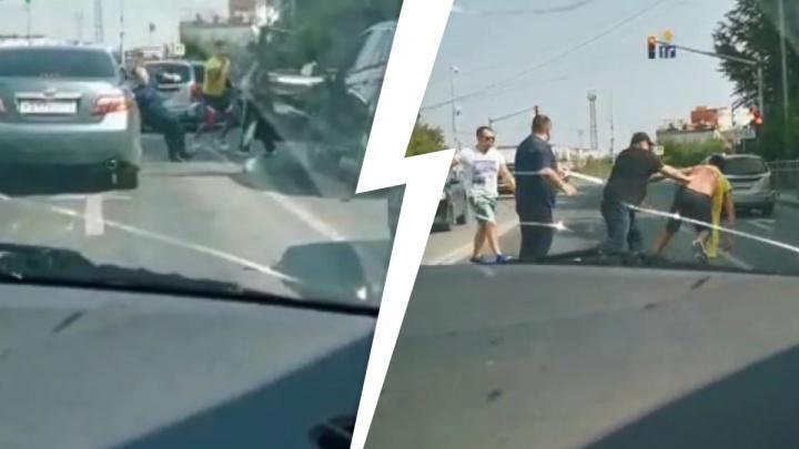 «Показывал фак». В Екатеринбурге неадекватный мужчина вышел на дорогу и подрался с автомобилистами. Видео