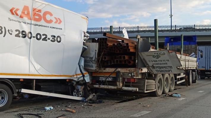 В страшном ДТП с грузовиком на ЕКАД погиб человек, еще один в тяжелом состоянии