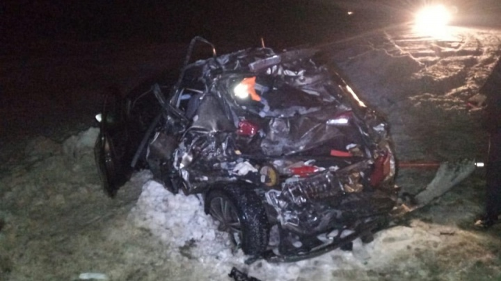 На трассе в Курганской области фура протаранила легковушку: ее пассажир погиб