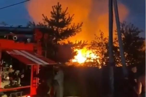 «Взорвался баллон с газом»: в Ярославской области полыхает пожар. Видео