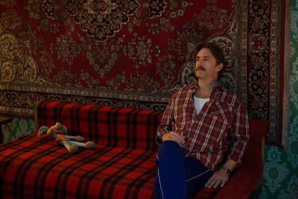 Комедия «Батя» стала успешным полнометражным дебютом режиссера Дмитрия Ефимовича, который долгое время жил и учился в Новосибирске