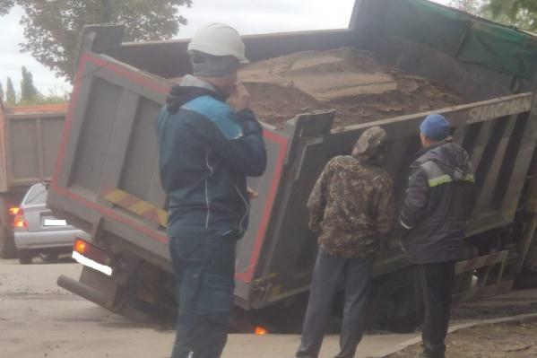Колесо грузовика угодило в люк