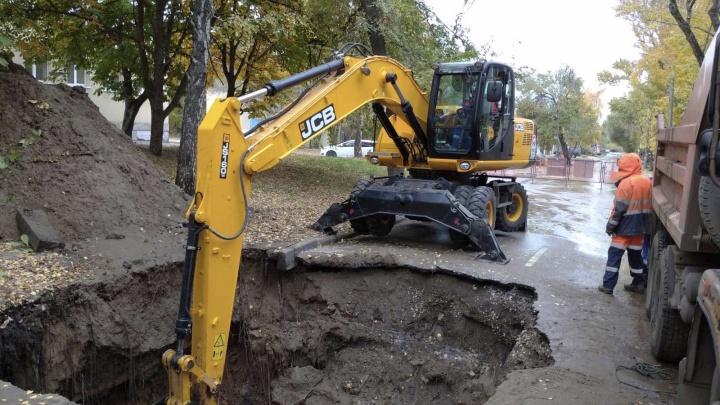 Машина нырнула: коммунальная служба показала глубину провала на Калинина