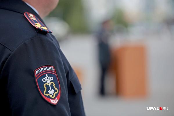 Одного из полицейских избили кулаками