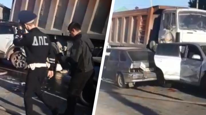 В Первоуральске МАЗ смял девять машин в потоке. Видео