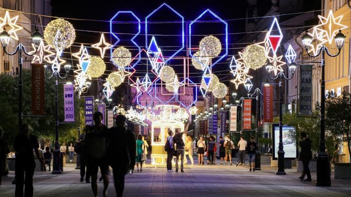 Пылающая огнями: смотрим на ночную атмосферу на улице Большой Покровской в Нижнем Новгороде