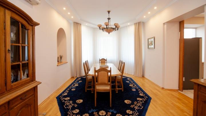 Тюменский бизнесмен показал свою квартиру за 19 млн. Тут есть картины из серебра и кинозал