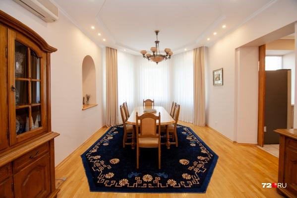 """Общая площадь просторной двухуровневой квартиры в центре <nobr class=""""_"""">Тюмени —</nobr> <nobr class=""""_"""">236 квадратных</nobr> метров. В столовой (на фото) и одной из комнат есть эркеры, посмотрите"""