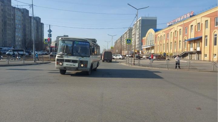 В Кургане пассажирка автобуса упала из-за резкого маневра водителя