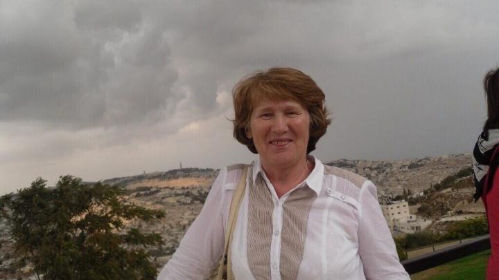 «Из-за халатности оборвалась жизнь»: в Перми простятся с женщиной, погибшей из-за падения снега с крыши
