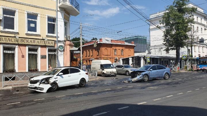 Тройное ДТП на улице Свободы: из-за аварии встал весь транспорт