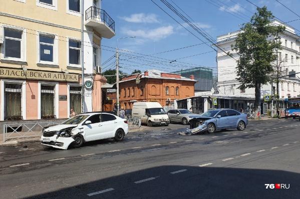 Машины разбились на перекрестке двух улиц