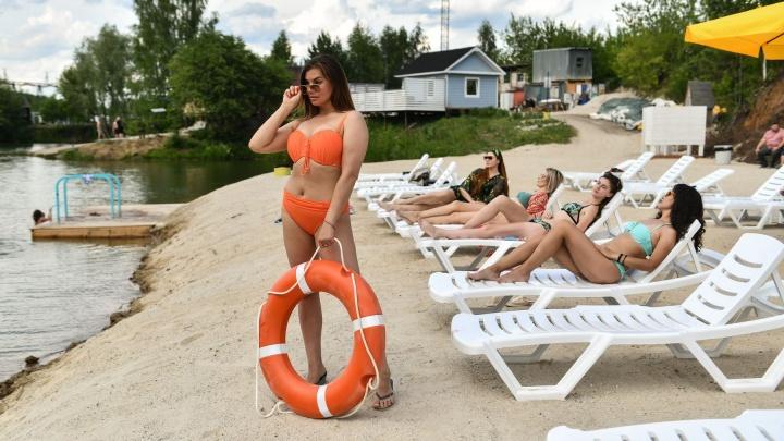 В Екатеринбурге открыли новый пляж. Смотрим горячие фото с загорающими красавицами