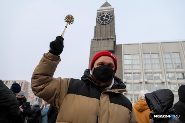 Вместо плаката мужчина взял с собой золотой ершик и так выделялся из толпы