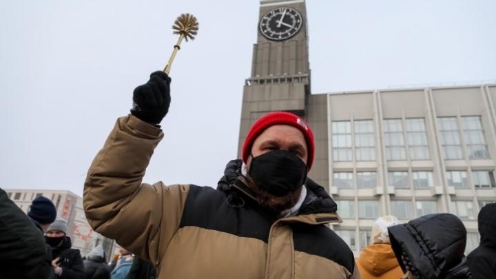 Участник митинга в Красноярске продал свой золотой ершик за13тысяч