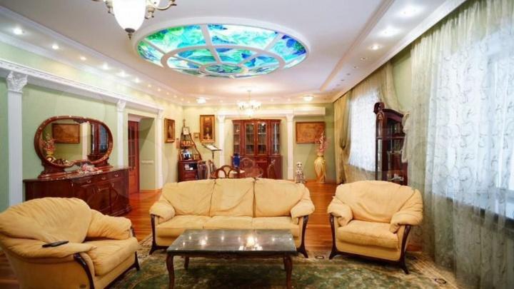 Под Кемерово продают огромный коттедж для «создания родового гнезда». Там есть камин и гранитная лестница