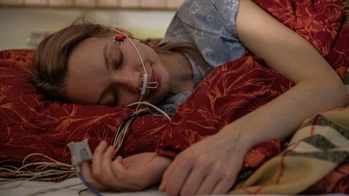 Маша, просыпайся! Что происходит с человеком ночью: журналист уснула в лаборатории, а датчики всё записали