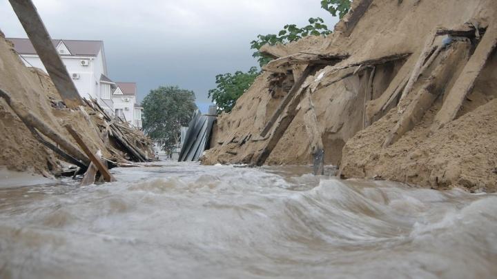 В Анапе ночью снесли незаконные ларьки, которые мешали воде после потопа стекать в море