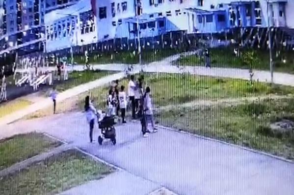 Мужчина поднял ребенка над головой