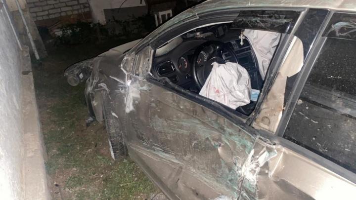 В Уфе 16-летний подросток за рулем Volkswagen Polo врезался в машину, снес забор и попал в больницу