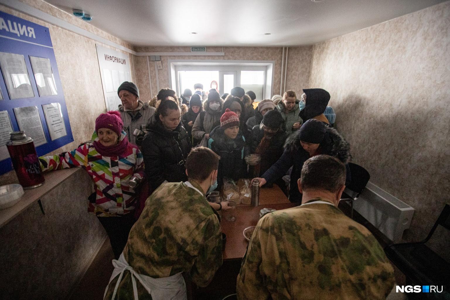 Люди пришли на полевую кухню не только за обедом, но и просто за горячей водой