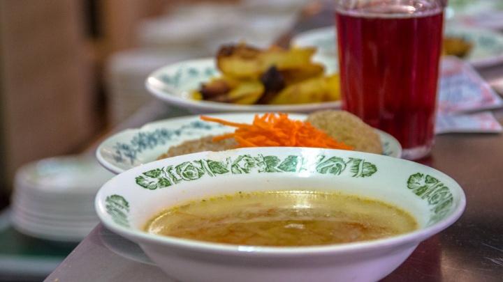 «Вылавливали из супа пауков»: в Самаре родители пожаловались на качество питания детей в школе
