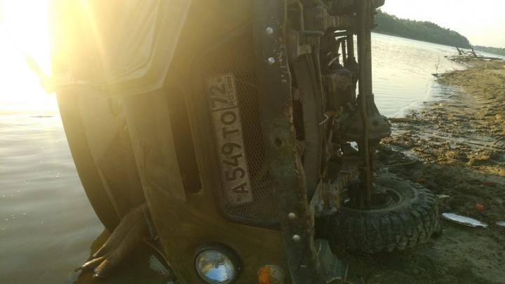 В тюменском селе упавшая с обрыва машина насмерть придавила пассажирку