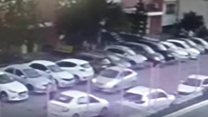 «Водитель специально погнался за ними»: автомобилист сбил во дворе челябинца с ребенком на самокате